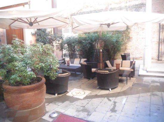 Liassidi Palace Hotel : Courtyard