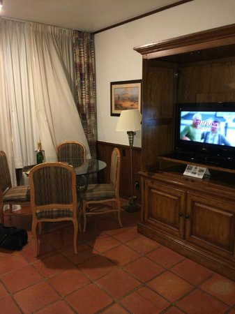 Y O Ranch Hotel & Conference Center : Living room - flat screen TV's