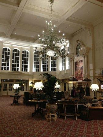 Disneyland Hotel : Hall d'entrée grandiose