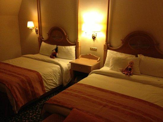 Chambre assez grande avec 2 lits en 140 cm table - La table de chessy ...