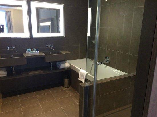 Novotel London ExCeL: Very clean and spacious bathroom