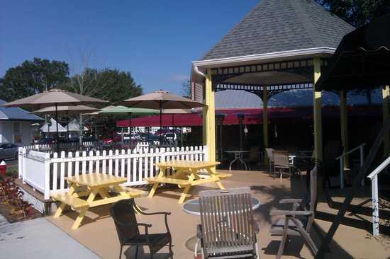 Merrill's Patio Bistro and Wine Bar : Great patio to listen to the BEST music in town!!