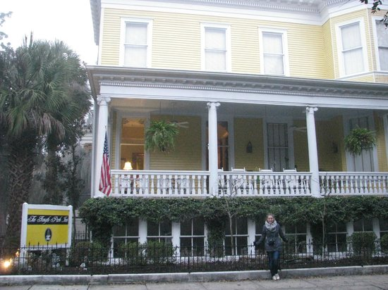 Forsyth Park Inn: Front Porch, view from Whitaker St.
