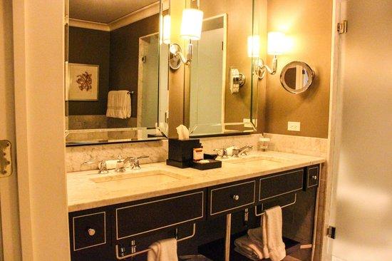 Waldorf Astoria Chicago: Sinks in bathroom