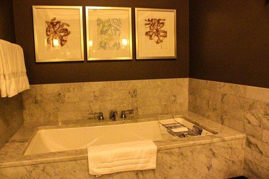 Waldorf Astoria Chicago: Large soaking tub