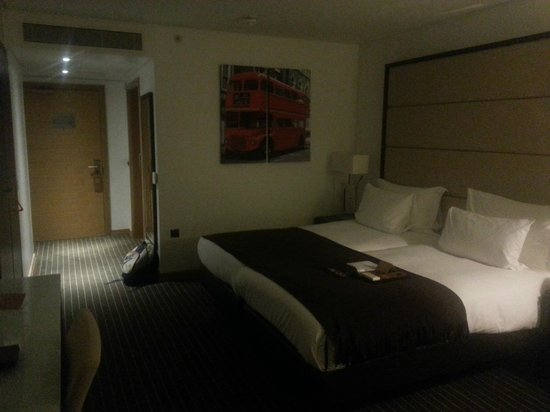 Pestana Chelsea Bridge: Spacious room