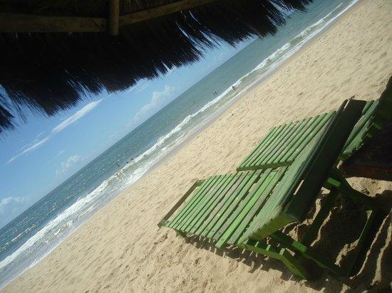 Jamaica Beach - Restaurante & Bar de Praia: Espreguiçadeiras beira mar no Jamaica