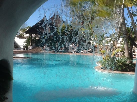 Hotel Jardin Tropical: view of pool from under the waterfall