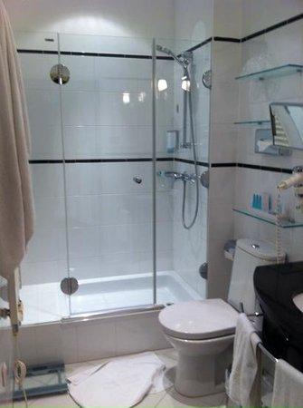 Hotel Das Tyrol: clean and fresh bathroom