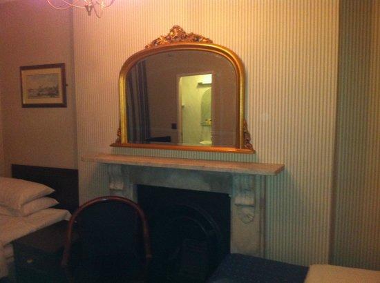 Regency House Hotel: Bedroom with a Regency theme