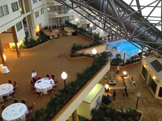 DoubleTree by Hilton Hotel Newark Airport : Lobby with pool