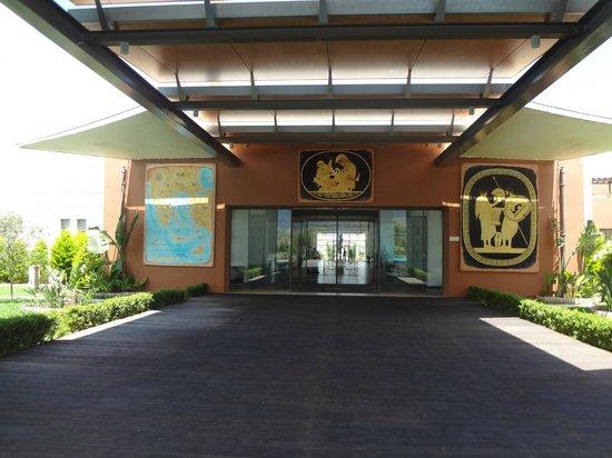 Astir Odysseus Resort & Spa: l'entrée de l'hôtel