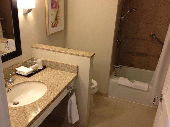 Moana Surfrider, A Westin Resort & Spa: spacious bathroom