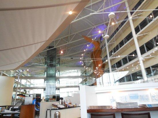 Hilton London Heathrow Airport : iluminação natural do lobby
