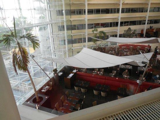 Hilton London Heathrow Airport : o restaurante  e algumas janelas de quartos não devassáveis