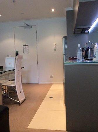 Distinction Wellington, Century City Hotel: kitchen/diner/living area