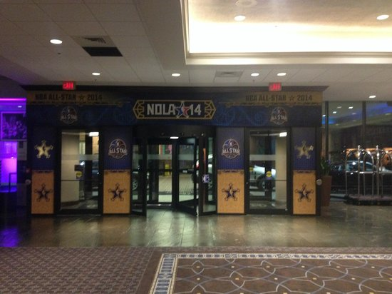 Sheraton New Orleans Hotel: Hotel lobby decorated in NBA Allstar attire