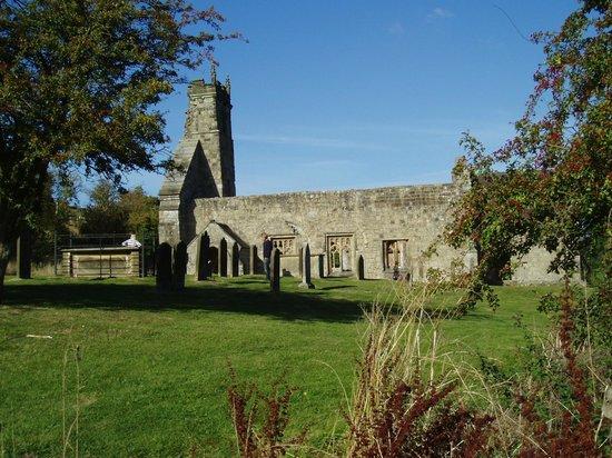ยอร์คเชียร์, UK: St Martin's Church at Wharram Percy Deserted Medieval Village - Church & Churchyard