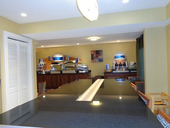 Holiday Inn Express Keene : breakfast area ... newly remodled