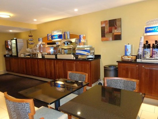 Holiday Inn Express Keene : breakfast area