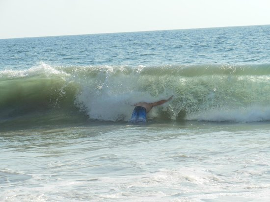 Sunscape Dorado Pacifico Ixtapa: Wave that broke my husband's ankle