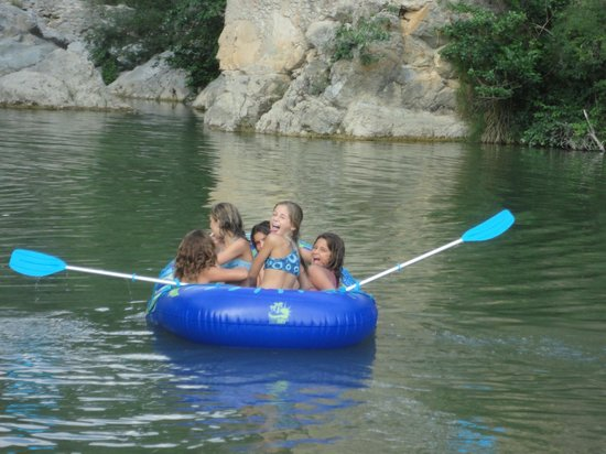 Camping Can Banal: Divertimiento debajo de Pont de Llierca