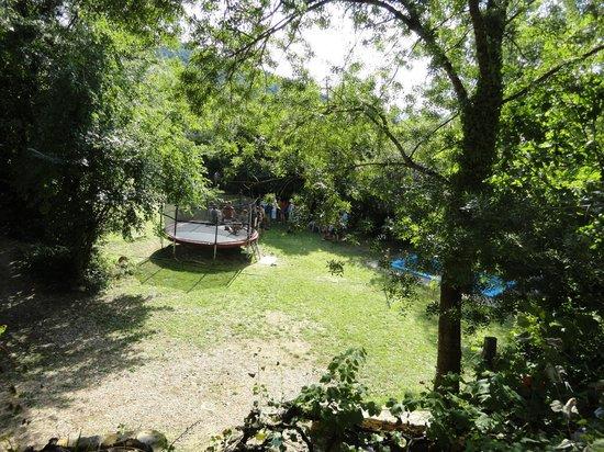 Camping Can Banal: Vista desde el aprt. Terracota con el trampolín a fondo