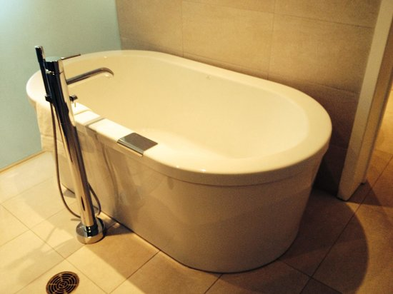 Bond Place Hotel: Soaker tub, honeymoon suite 18th floor