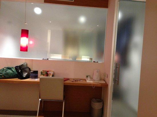Montaperti Hotel: Vetrata del bagno, veramente alternativa!