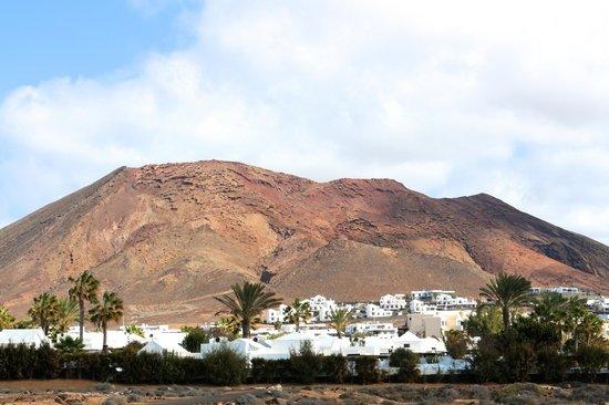 Royal Monica Playa Blanca : Le volcan derrière l'hôtel