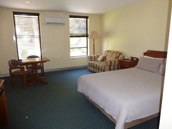 Comfort Inn Port Fairy: light airy room