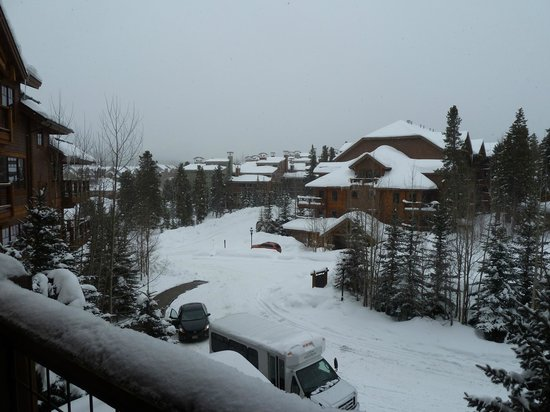 Mountain Thunder Lodge: Snowy Breckenridge!!!....view from our balcony.
