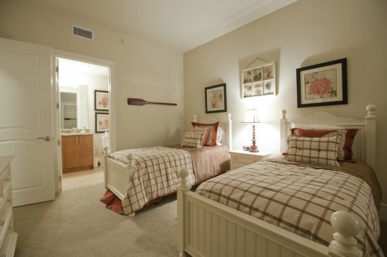 Turquoise Place: Spacious Guest Bedrooms