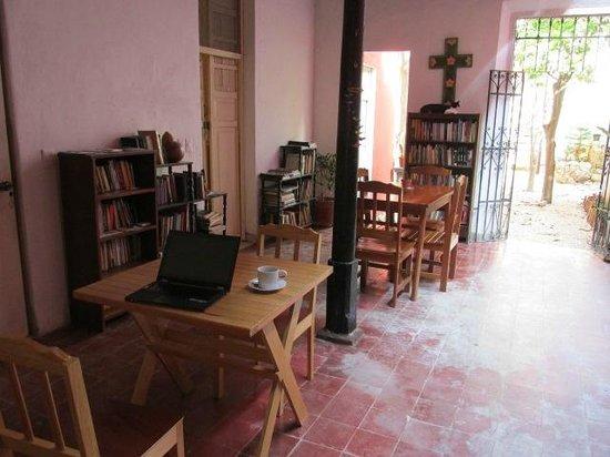 Hotel Casa Carmita: Patio with breakfast area