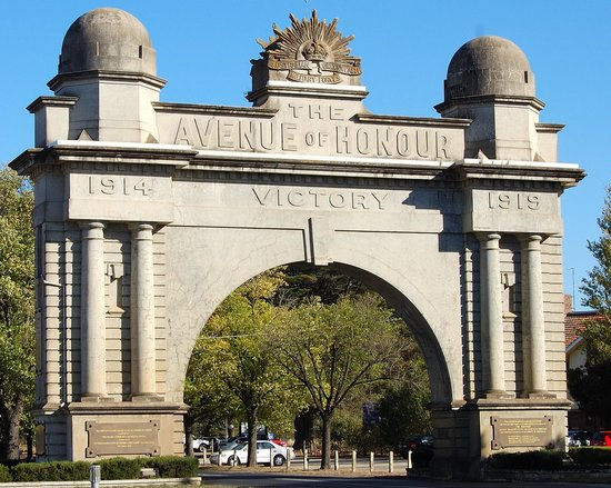 Arch of Victory: the start of the avenue ofthe fallen soldiers