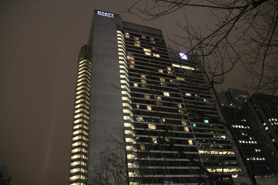 Hyatt Regency Vancouver: Night View Outside -
