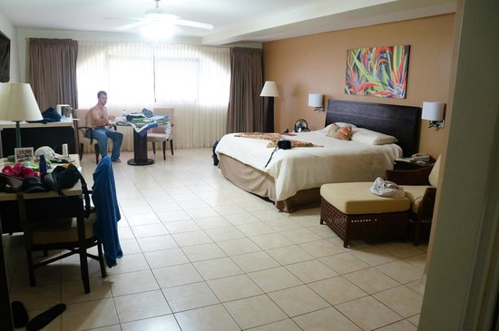 Flamingo Beach Resort & Spa: spacious room!