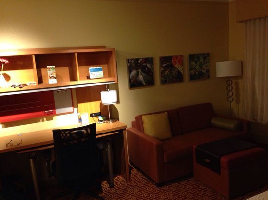 TownePlace Suites Buffalo Airport: Office nook & sofa bed