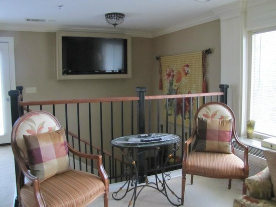 Saint Simons Inn by the Lighthouse: TV and stairway and landing of the Smoot Suite