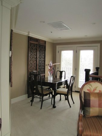 Saint Simons Inn by the Lighthouse : Game/dining table in Smoot Suite