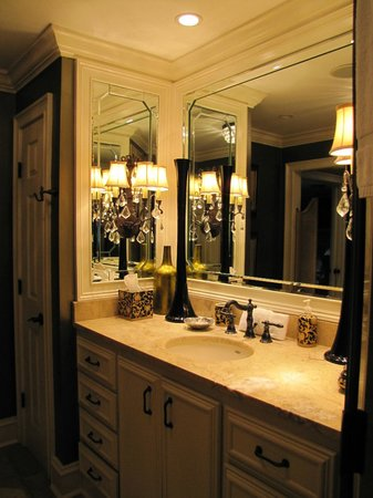 Saint Simons Inn by the Lighthouse: Double sinks in the bathroom of the Smoot Suite.