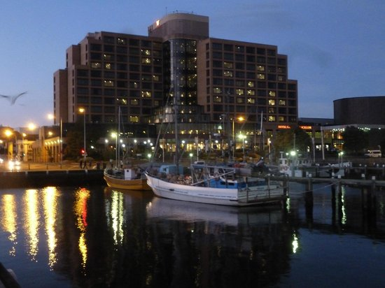 Grand Chancellor Hotel Hobart: Hotel at night from the harbor