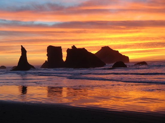 Bandon Beach Motel : Memorable sunset on the beach below hotel on Christmas