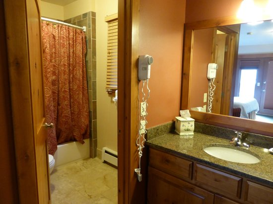 Silver Moon Inn: Bathroom and vanity