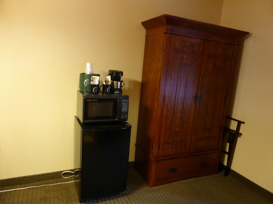 Silver Moon Inn: Armoire, Microwave and Refrigerator