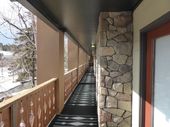 Silver Moon Inn: Second level walkway