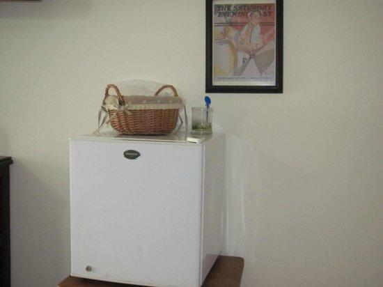 Las Palmeras Hotel Colonial: Mini-fridge in the suite