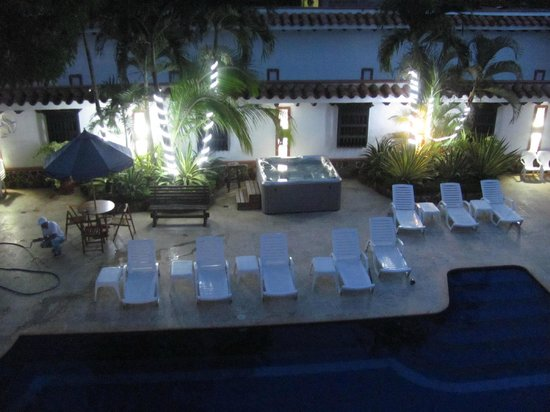 Las Palmeras Hotel Colonial: The hotel pool at night time
