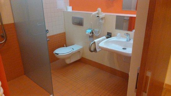 Dikul Centrum Hotel: Łazienka dla niepełnosprawnych