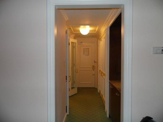 InterContinental Dublin: walk way between bathroom and bedroom